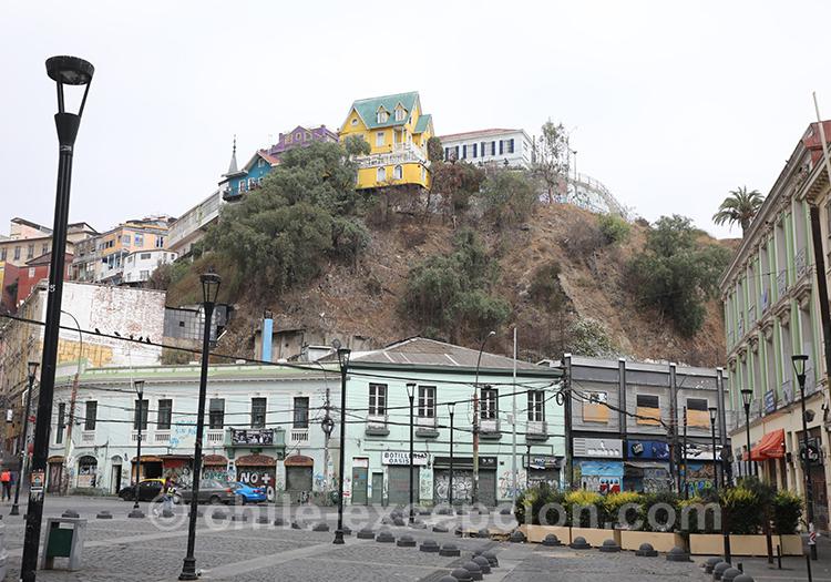 Petite colline de la ville basse de Valparaiso