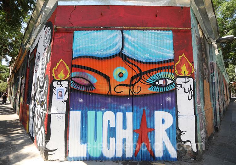 Luchar, peinture à Yungay, Santiago avec l'agence de voyage Chile Excepción