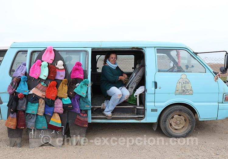 Marchande de bonnets, village de Paredones dans la région centre du Chili