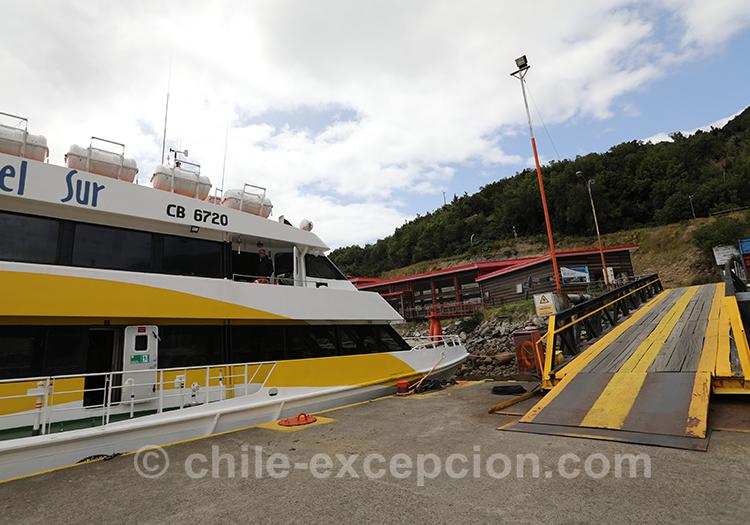 Ferry pour se rendre aux thermes Ensenada Pérez, Chili