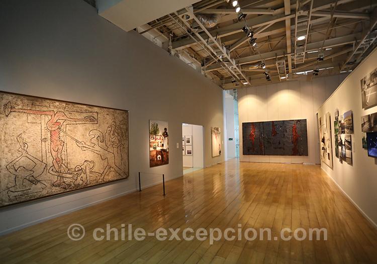 Grande salle d'exposition au musée de la Mémoire, Santiago