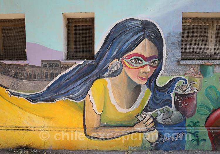 Femme en jaune sur les murs de Santiago avec l'agence de voyage Chile Excepción