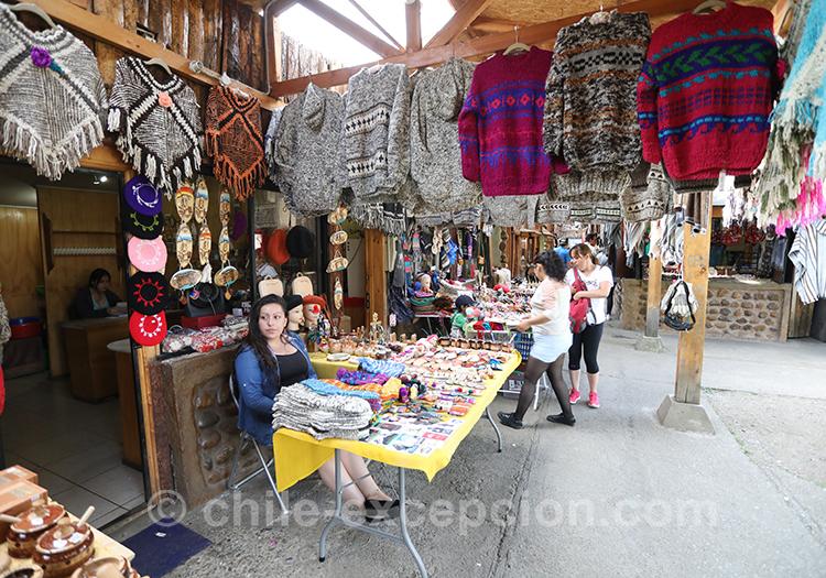 Etoffes et accessoires artisanaux du Chili à la feria de Coyhaique