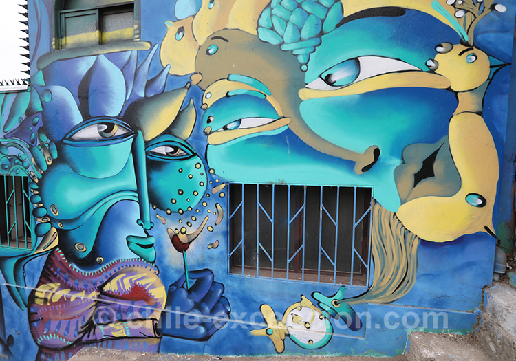 Peintures bleutées des rues de Valparaiso