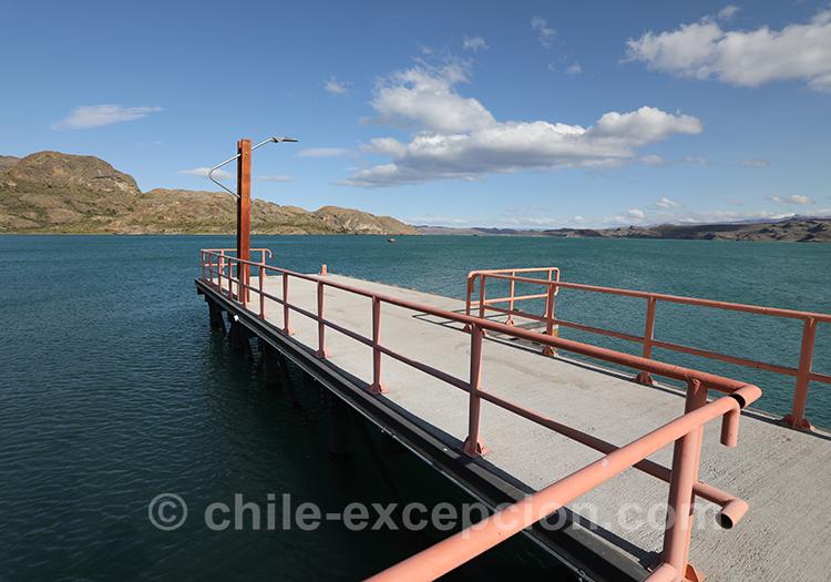 Ponton sur le lac General Carrera à Puerto Ibañez au Chili