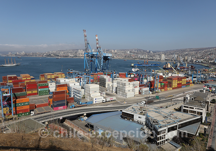 Vue sur le port industriel de Valparaiso, Chili