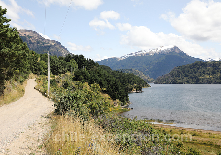 Monts enneigés au dessus du Lac Elizalde, Coyhaique, Chili