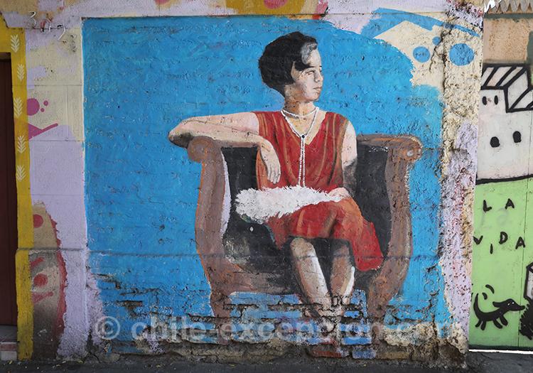 Peinture d'une femme sur une chaise, Yungay, Santiago avec l'agence de voyage Chile Excepción