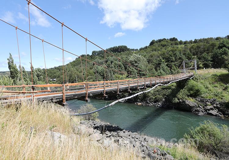 Pont qui traverse le rio Simpson dans la région de Coyhaique
