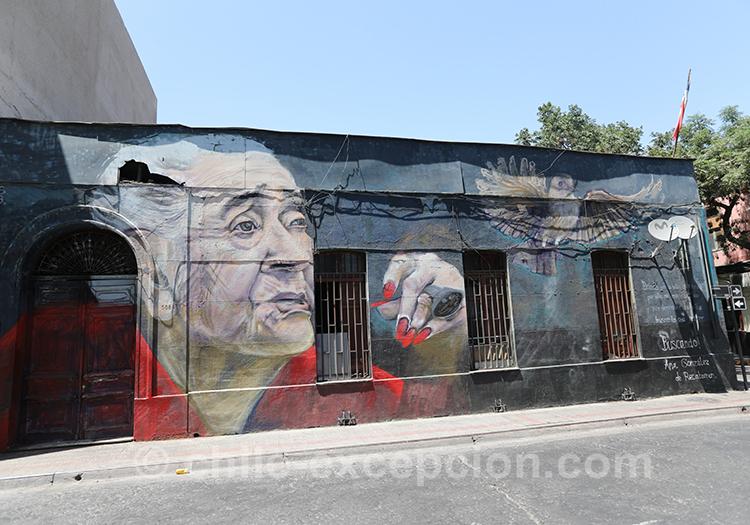Vielle femme en peinture sur les murs de Yungay à Santiago