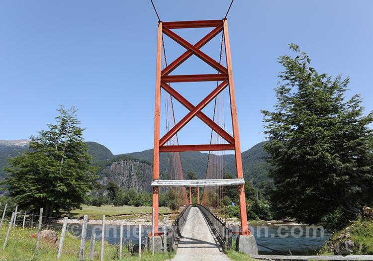 Passer le pont qui traverse le rio Simpson, Chili