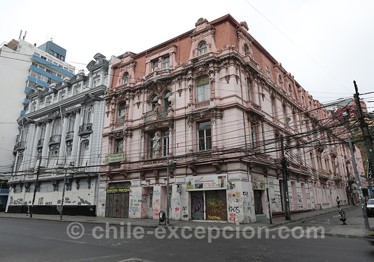 Bâtiment rosé de la ville basse de Valparaiso, Chili
