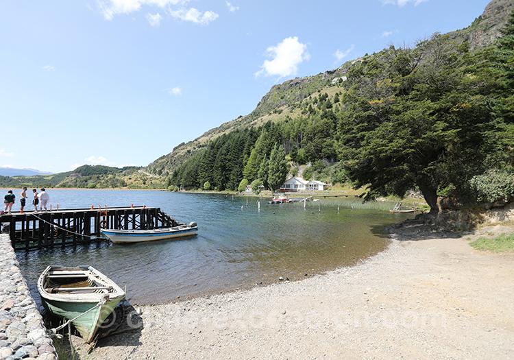 Au bord du lac Elizalde, eau transparente avec quelques petits bateaux proche d'un ponton, Coyhaique, Chili