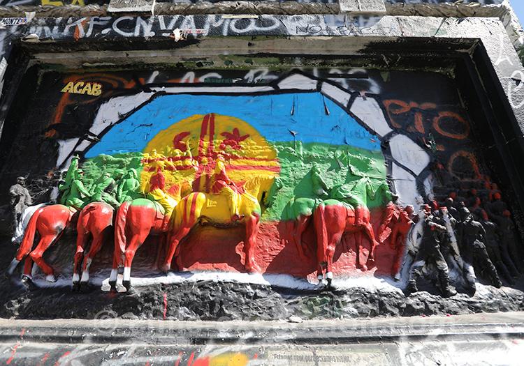 Monuments peints lors des manifestations au Chili