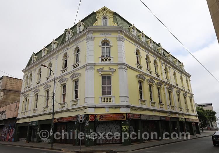 Bâtiment jaune de la ville basse de Valparaiso, Chili