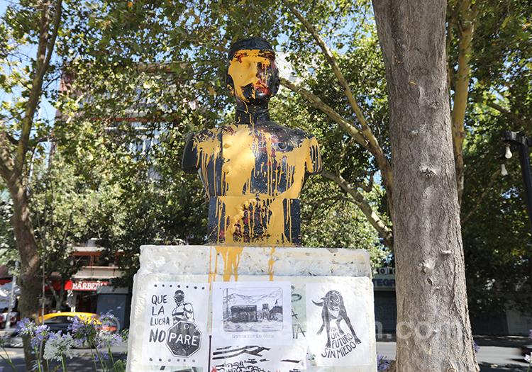 Statue recouverte de peinture lors des contestations au Chili