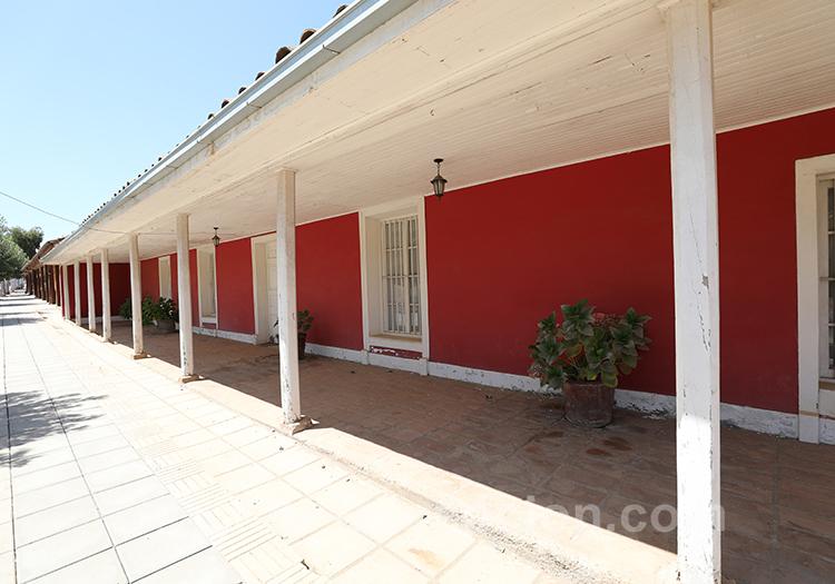 Jolie maison traditionnelle rouge du village de Paredones au Chili