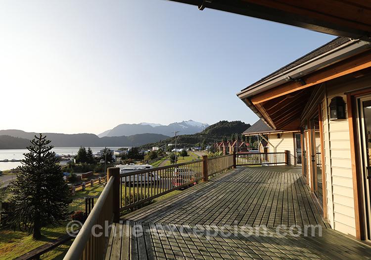 Terrasse vue sur le port de Puerto Chacabuco, Loberias del Sur, Chili avec l