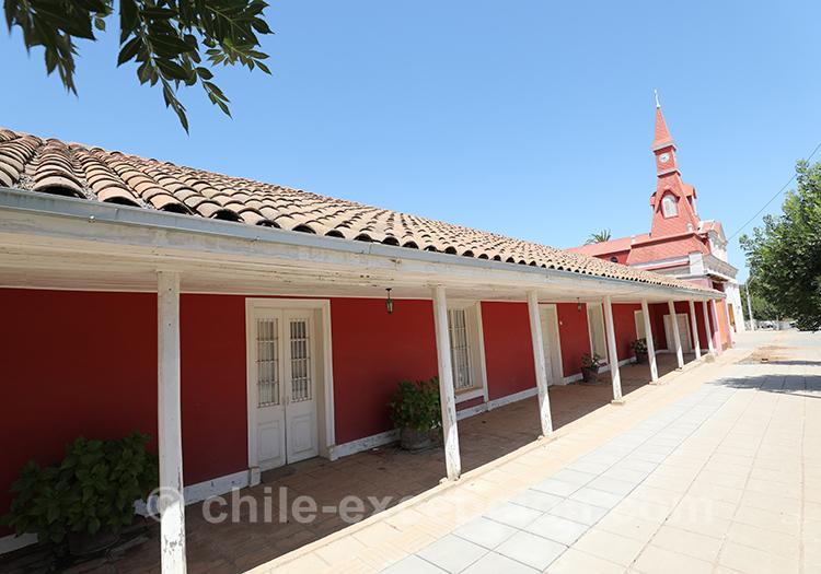 Devanture d'une maison rouge à Paredones, village du centre du Chili