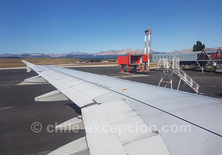 Le tarmac de l'aéroport de Coyhaique, Chili avec l'agence de voyage Chile Excepción
