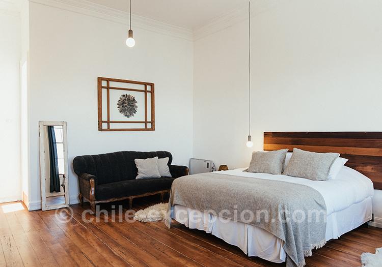 Chambre n°10 au design épuré de l'hôtel boutique MM450 de Valparaiso avec l'agence de voyage Chile Excepción