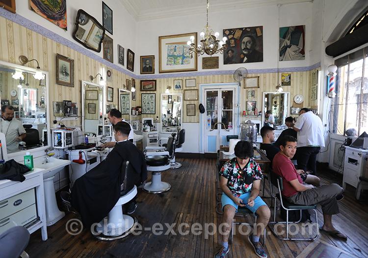 Le salon de coiffure du restaurant La Peluquería Francesa de Santiago, quartier Yungay