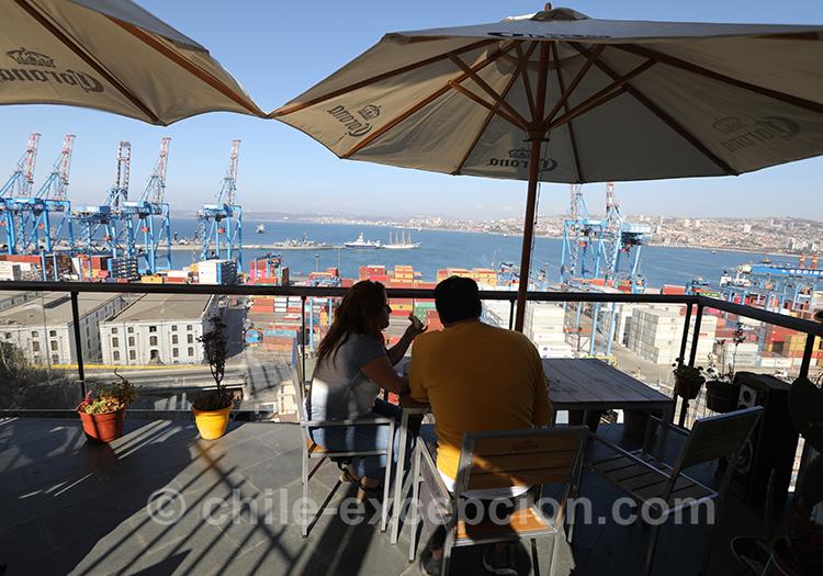 Boire un coup en terrasse avec vue panoramique au Cerro Artilleria, Valparaiso