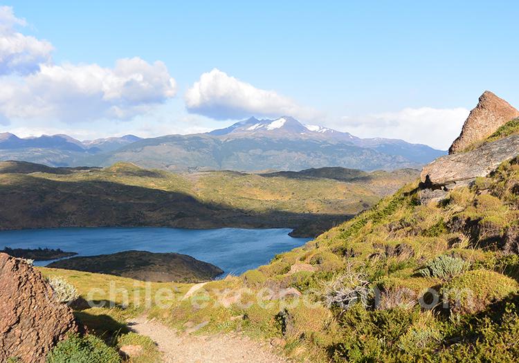 Mirador Condor vue sur les montagnes et les lacs de la Patagonie chiliennes