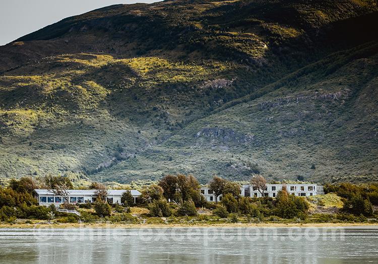 L'hotel Lago Grey vu depuis le lac