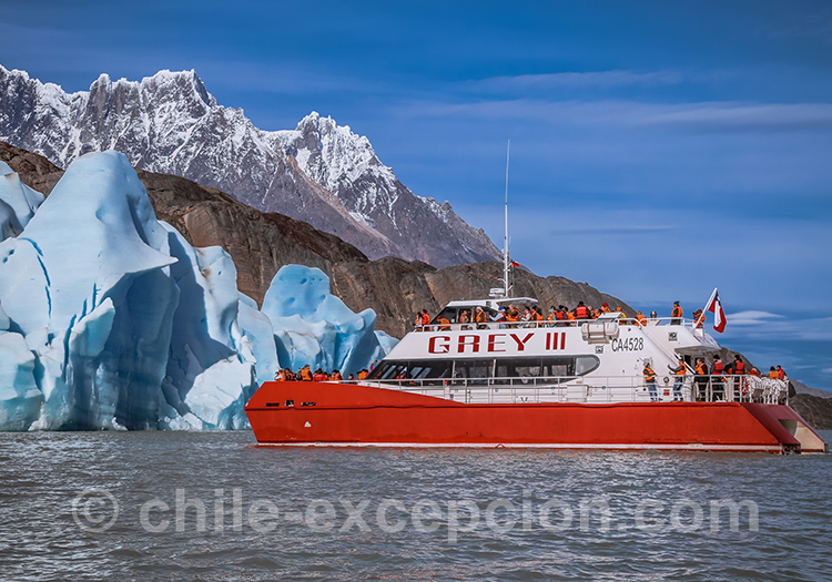 Catamaran sur le lac Grey, Chili
