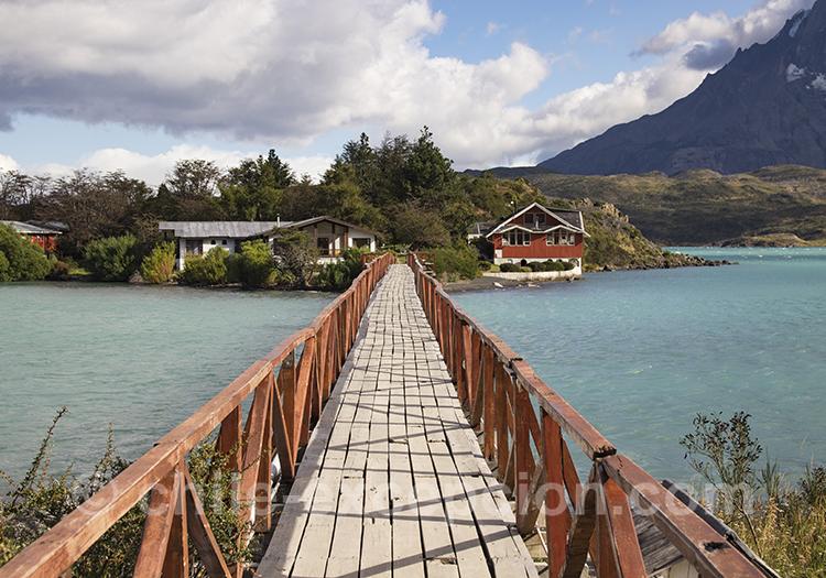 Pont qui mène à l'île Pehoé, Patagonie du Chili