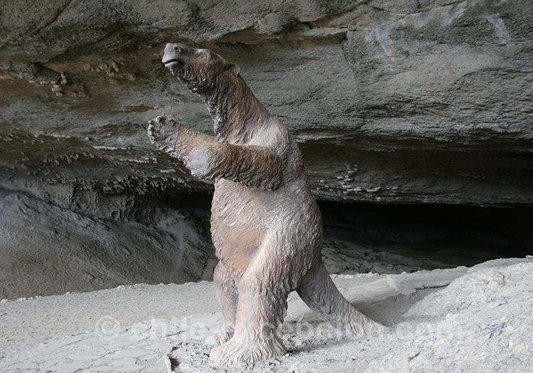 Statue d'un ours à l'entrée de la grotte du Milodon, Chili