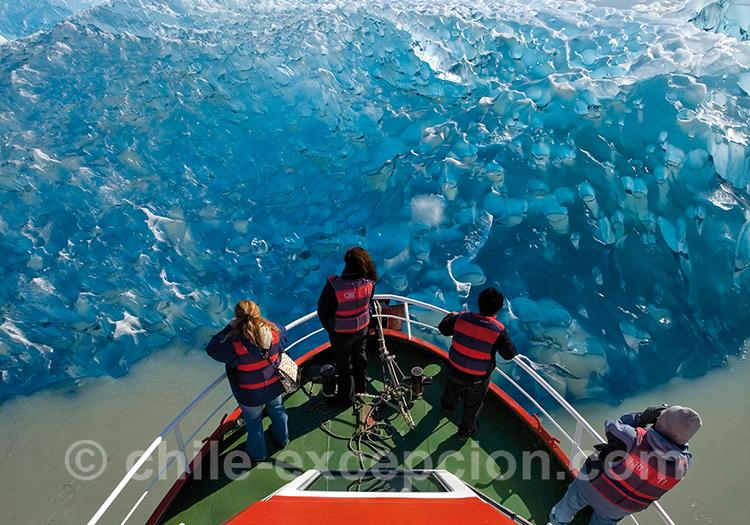 Toucher la glace depuis le catamaran, excursion nautique