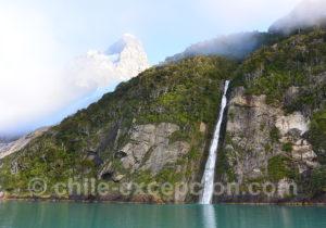 Cascade dans le fjord Ultima Esperanza