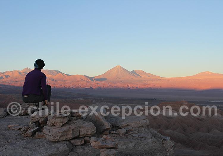 Contemplation dans le désert d'Atacama