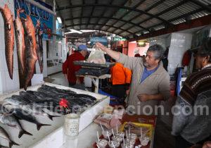 La pesé du poisson, au marché de Caldera