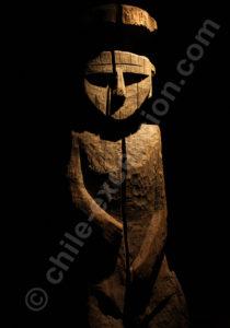 Statue mapuche érigée sur la tombe du mort