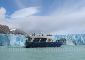 Bateau Quetru devant le glacier O'Higgins
