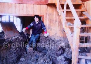 Maison touchée mais épargnée grâce à un énorme rocher
