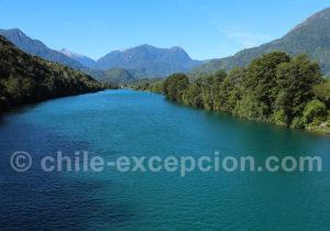 Traversée du Rio Puelo, vue vers Cordillère