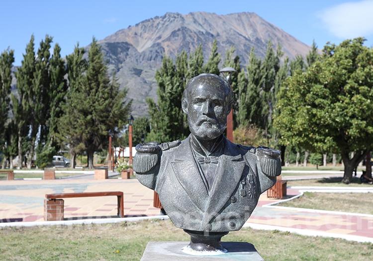 Capitaine de frégate Arturo Prat, buste à Puerto Ingeniero Ibáñez